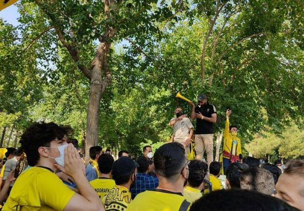 حاشیه دیدار سپاهان - پرسپولیس، تجمع هواداران دو تیم مقابل هتل محل اقامت، واکنش مرزبان به تشویق زردپوشان